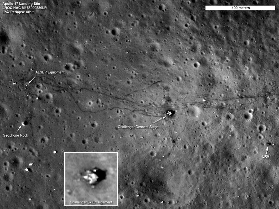 Cette vue du site d'atterrissage d'Apollo 17, dans la vallée de Taurus Littrow, est la meilleure jamais prise depuis l'espace. Cette image à haute résolution a pu être réalisée en profitant du fait que la sonde lunaire LRO ne se trouvait qu'à 22 kilomètres au-dessus du site.