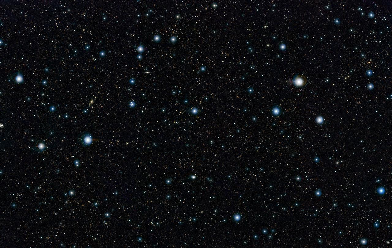 Cette image montre une partie de l\'image profonde du ciel la plus grande jamais réalisée dans l\'infrarouge, avec un temps de pose effectif total de 55 heures. Elle a été créée en combinant plus de 6000 images du télescope VISTA dédié aux sondages de l\'Univers à l\'Observatoire de Paranal de l\'ESO au Chili. Cette image montre une région du ciel connue sous l\'appellation de « champ COSMOS » dans la constellation du Sextant. Plus de 200 000 galaxies ont été identifiées sur cette image.