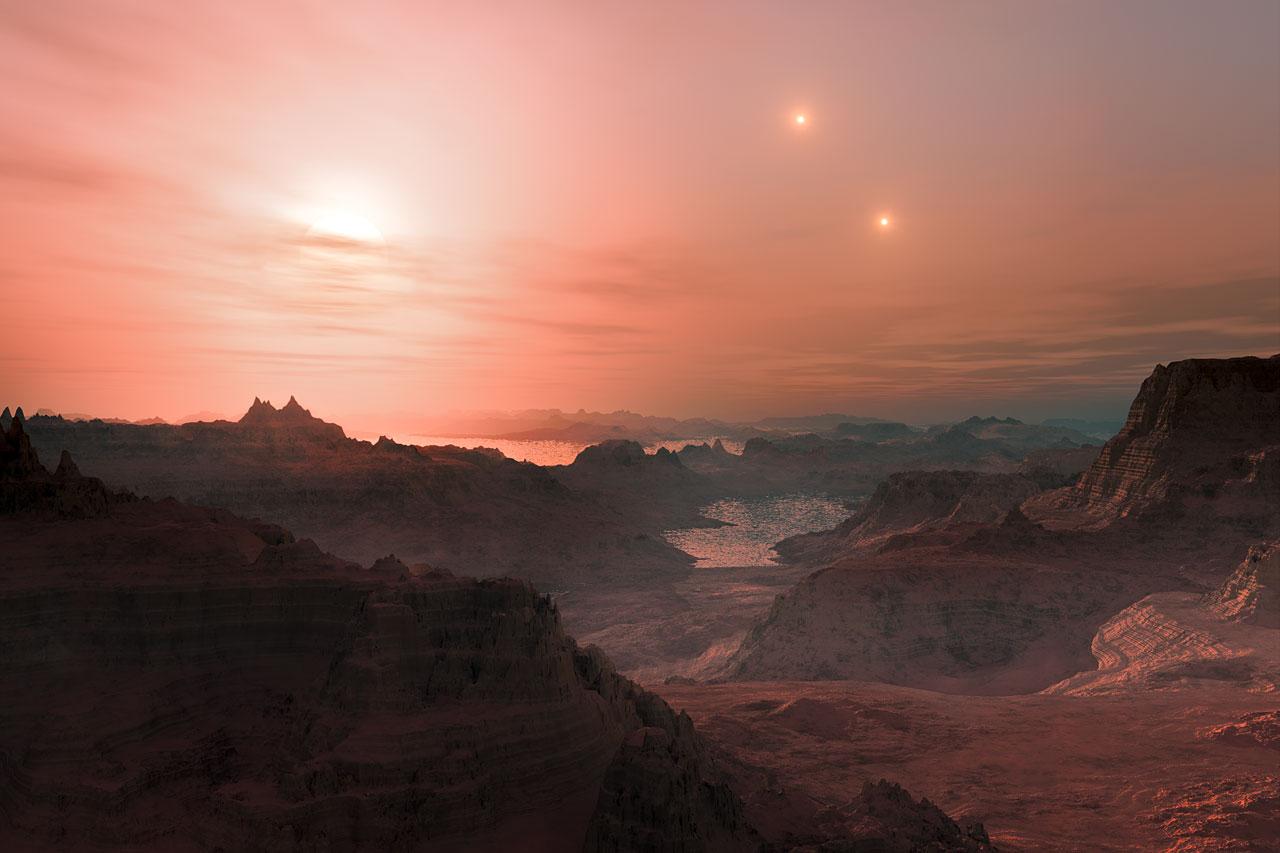 Cette vue d\'artiste représente un coucher de Soleil vu depuis la super-Terre Gliese 667Cc. L\'étoile la plus lumineuse dans le ciel est la naine rouge Gliese 667 C, qui fait partie s\'un système d\'étoiles triple. Les deux autres étoiles plus distantes, Gliese 667 A et B apparaissent également à droite dans le ciel. Les astronomes ont estimé qu\'il y avait des dizaines de milliards de mondes rocheux tels que celui-ci en orbite autour de naines rouges peu brillantes, rien que dans la Voie Lactée.
