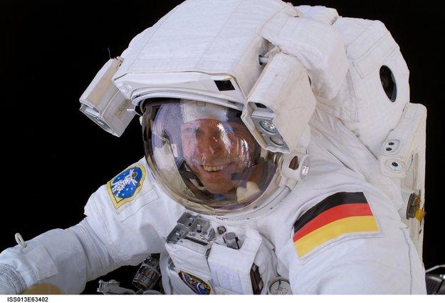 Thomas Reiter en scaphandre lors d\'une sortie dans l\'espace
