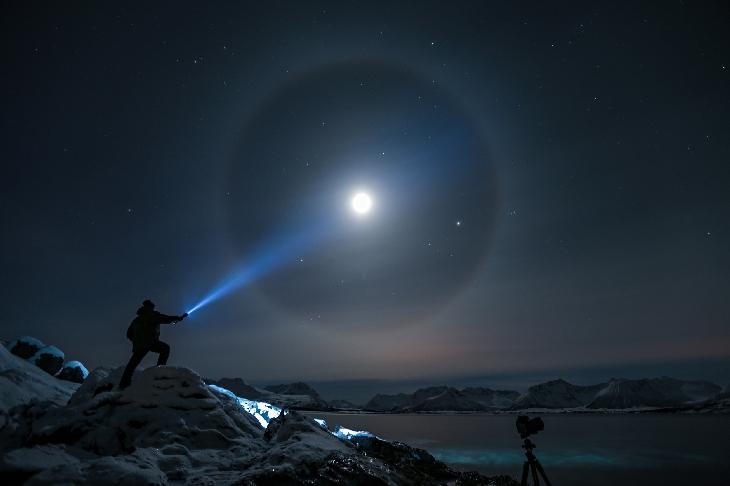 Steve Nilsen éclairant une Lune qui avait bien assez du Soleil pour produire ce magnifique halo à 22°
