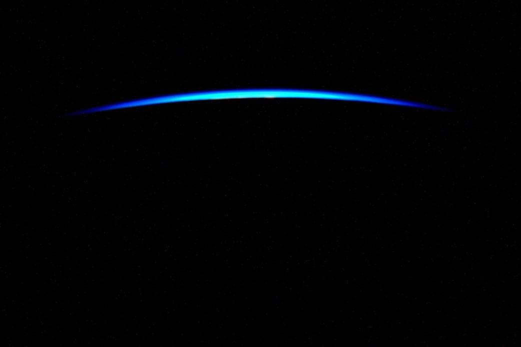 La très mince couche de notre atmosphère bleue, vue depuis la Station Spatiale Internationale en 2015 par l\'astronaute Scott Kelly