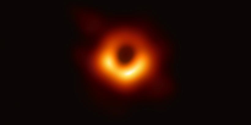 La première image d\'un trou noir révélée par l\'EHT le 10 avril 2019