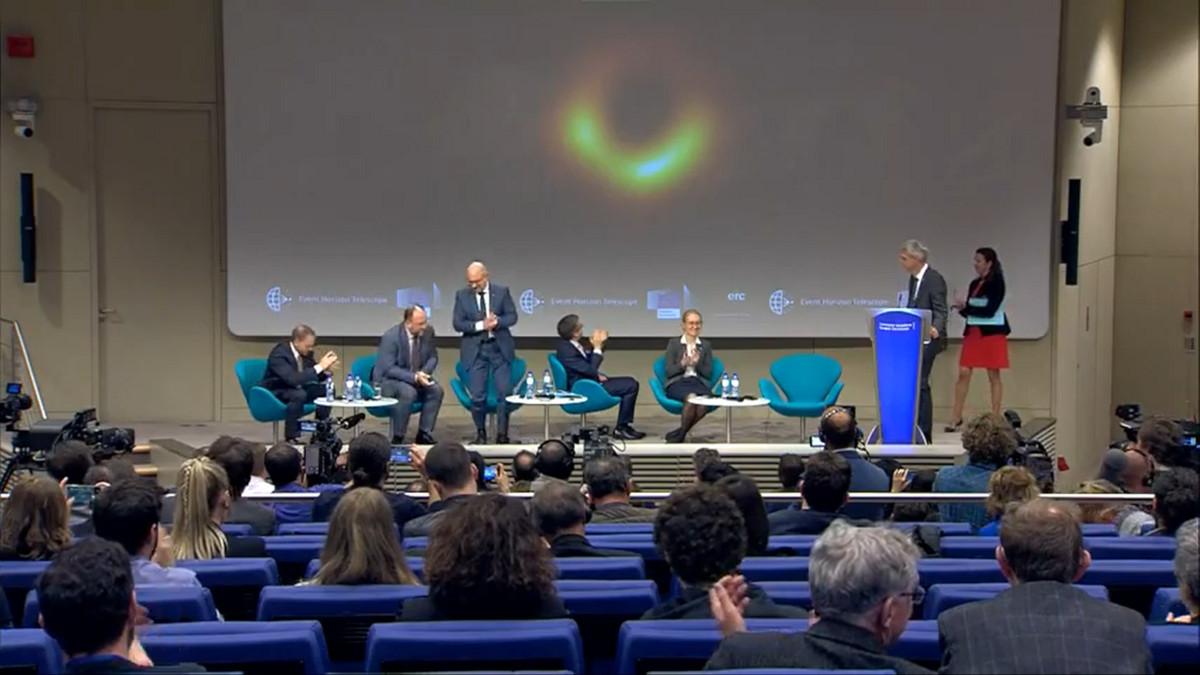 La conférence de presse révélant l\'image du trou noir de M87