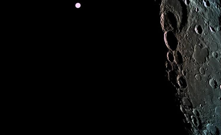 Au loin, la Terre, vue depuis l\'orbite lunaire