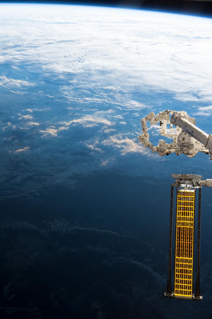 Premier test de déroulement des panneaux ROSA réalisé par l\'équipage de l\'Expédition 52 à bord de l\'ISS